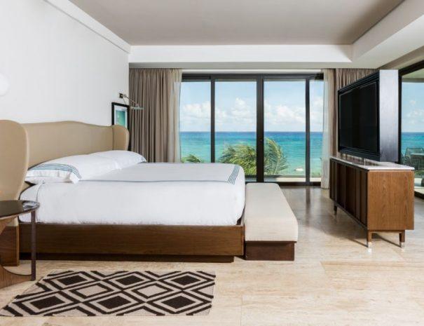 BeachHouse_Rooms_PanoramicCornerSuite_Bed